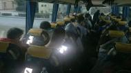Bus der Hoffnung: Junge Jobsuchende unterwegs mit einem Nachtbus in Italien auf der Suche nach Sicherheit.