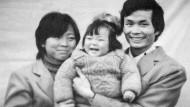 Die Regisseurin Nanfu Wang (Mitte), hier als Kind mit ihren Eltern, ist seit zwei Jahren selbst Mutter und entdeckt in ihrer Familie, welche ungeheuren Entscheidungen getroffen werden mussten, um die harten Strafen des Staates während der Ein-Kind-Politik zu umgehen.