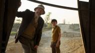 """Hören, wie ihre Zukunft klingt: Großvater (Jonathan Pryce) und Enkel (Duncan Joiner) in """"Tales from the Loop""""."""