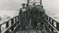 Hans Kammler (Mitte) auf dem Weg zu einer rüstungstechnischen Anlage bei Ebensee (1944).