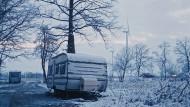 """Im Schnee stand: Aufnahme aus dem Film """"Lovemobil"""" von Elke Lehrenkrauss."""