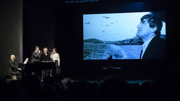 © EPA Reverenz an Hrant Dink im Gorki Theater: Can Dündar (Mitte) singt mit zwei Schauspielern