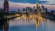 Am Finanzplatz Frankfurt beginnt man sich mit dem harten Brexit abzufinden.