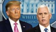 Da fing es an: Trump (links) und Pence im Februar 2020 auf einer der ersten Corona-Pressekonferenzen im Weißen Haus