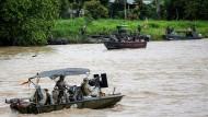 Spannungsgeladen: Ein kolumbianisches Marineboot auf dem Fluss Arauca, ein venezolanisches Boot liegt gegenüber.