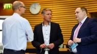 Stefan Möller (von links nach rechts), AfD-Abgeordneter, Björn Höcke, AfD-Fraktionsvorsitzender, und Torben Braga, AfD-Abgeordneter, sprechen am 2. Juli 2021 im Plenarsaal des Thüringer Landtags miteinander.