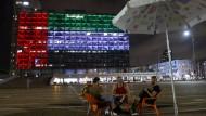 Das Rathaus von Tel Aviv wird am Abend des 13. August in den Farben der Flagge der Vereinigten Arabischen Emirate beleuchtet.