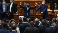 Ein rumänischer Abgeordneter, nachdem er bei einem Misstrauensvotum gegen die Regierung im Parlament am Dienstag seine Stimme abgegeben hat.