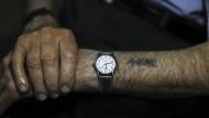 Für immer auf seiner Haut: Die Häftlingsnummer der Nazis sieht Moshe Haelion immer, wenn er auf seine Uhr schaut.