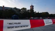 Absperrband der Polizei am Alexanderplatz unterhalb des Fernsehturms, wo eine Leiche gefunden wurde