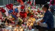 Ein Bewohner El Pasos gedenkt der Todesopfer beim rassistischen Anschlag in einem Einkaufszentrum.