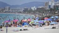 Voller Strand auf Mallorca am 9. Juli 2021