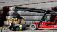 Röhren für Nord Stream 2 lagern im Hafen Mukran in Sassnitz auf Rügen