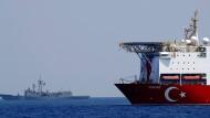 """Das türkische Forschungsschiff """"Oruc Reis"""" wird bei seiner Erkundung möglicher Erdgasvorkommen am 6. August von Kriegsschiffen begleitet"""