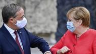 Wie viel Abgrenzung von Angela Merkel ist nötig für Armin Laschet, um die Konservativen in der CDU wieder zu begeistern?