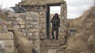 Ein armenischer Soldat in einem Schützengraben an der Front im Karabach-Krieg am 21. Oktober