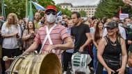 Ein Demonstrantspielt während einer Kundgebung zur Unterstützung des früheren Gouverneurs der Region Chabarowsk auf einer Trommel.