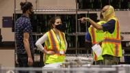 Wahlhelfer zählen bei der Arbeit am Freitag im Philadelphia Convention Center