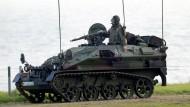 """Bedingt flugabwehrbereit: Ein Panzer vom Typ """"Ozelot"""" mit Stinger-Raketen ausgerüstet"""
