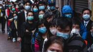 Menschenschlange vor einem Geschäft in Hongkong