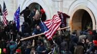 Am 6. Januar in Washington: Anhänger des damaligen US-Präsidenten Trump stürmen das Kapitolgebäude, wo die Abgeordneten den Sieg des gewählten Präsidenten Biden bei der Wahl im November bestätigen sollten.