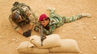 Ein Bundeswehrsoldat bringt einem Kurden im Oktober 2014 nahe Erbil die Bedienung des Gewehrs G3 bei.