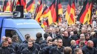 Der Thüringer AfD-Vorsitzende Björn Höcke (Mitte) nimmt am 1. September 2018 in Chemnitz an einer Demonstration von AfD und Pegida teil. Rechts neben ihm: Pegida-Chef Lutz Bachmann.
