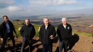 Benjamin Netanjahu  (2.v.r.), Israels Premierminister, steht vor den Golanhöhen.