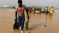 Alles Handarbeit: Die Küstenfischerei ist der wichtigste Wirtschaftszweig Senegals, das seine Hochsee notgedrungen Japanern und Koreanern überlässt.