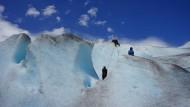 Eis im Sonnenschein: Der Jostedalsbreen, Europas größter Festlandgletscher, schmilzt. Beim Blick in das Blau der tiefen Spalten wird manchem Besucher ganz blümerant.