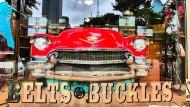 Autos lächeln dich an: ein Cadillac im Schaufenster