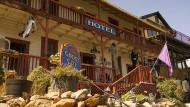 """Entgeistert: In Jerome, dem einstigen Schürferstädtchen in Arizona, haben viele Bars, Saloons und Geschäfte geschlossen. Das """"Ghost Town Inn"""" hat jedoch geöffnet."""