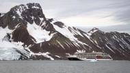 Bis zu neunzig Zentimeter dicke Schollen kann die Hanseatic nature durchstoßen. Doch immer seltener muss sie an ihre Grenzen gehen, weil das Eis der Arktis mit dramatischer Geschwindigkeit schmilzt.