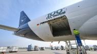 Klimafreundlich: Lufthansa speist für Frachtflüge zwischen Frankfurt und China Kohlenstoffdioxid-neutralen Kraftstoff ins Versorgungssystem.