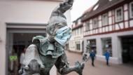 Coronakonform: Dieburg, hier Bajazz auf dem Fastnachtsbrunnen, soll nach dem Willen des Landes das Tübinger Modell ausprobieren