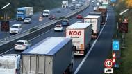 Hersteller haben vergeblich gegen Vorgaben gekämpft: Lastwagen auf der Autobahn 2 nahe Hannover