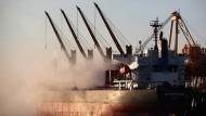 Transportschiff des Bergbaukonzerns Rio Tinto im australischen Gove, auch bekannt als Nhulunbuy