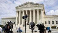 Kameras werden aufgebaut vor dem Supreme Court in Washington.