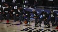 Diversität ist im Spitzensport Alltag: Spieler des Basketballteams Dallas Mavericks zeigen sich solidarisch mit der Black-Lives-Matter-Bewegung.