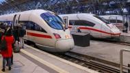 Reisende warten im Hauptbahnhof von Leipzig.