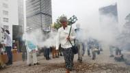 Demonstranten mit toten Bienen vor dem Konferenzgebäude