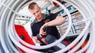Elektroinstallateur bei der Arbeit: Nach Vorstellung des Bundesarbeitsminister soll der Mindestlohn schon bald 12 Euro betragen.