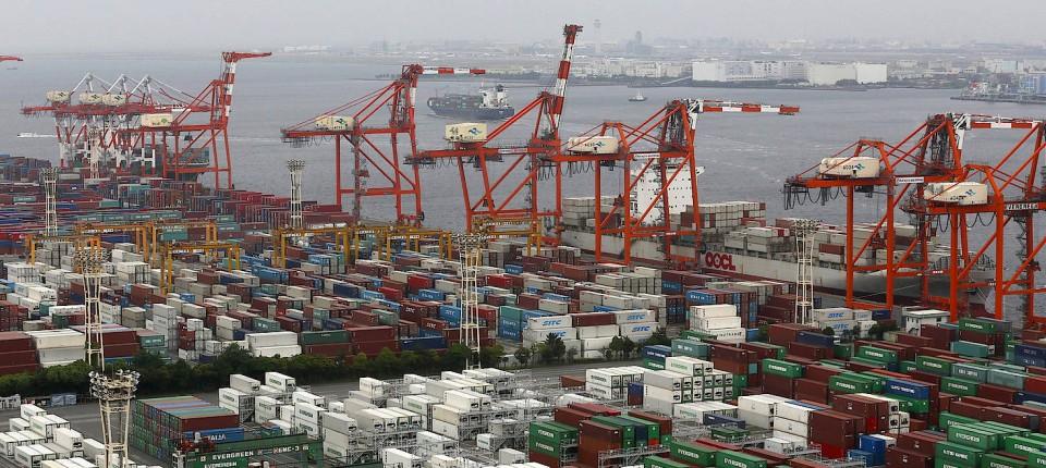Hier dürfte bald noch mehr los sein: Container stehen aufgestapelt im Hafen von Tokio.