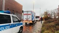 Begleitet von Fahrzeugen der Bundespolizei wird der Corona-Impfstoff des Herstellers Moderna von einem Fahrzeug des Logistikunternehmens Hellmann zum Verteil- und Impfzentrum in den Bremer Messehallen gefahren.