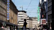 In Düsseldorf liegen sich die Filialen von Karstadt und Kaufhof direkt gegenüber.
