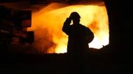Das Wachstum flaut ab: Stahlarbeiter in Duisburg
