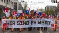 Teilnehmer an Streiks der Gewerkschaften GEW und Verdi in Dresden im April vergangenen Jahres