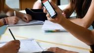 Die Mitnahme der alten Rufnummer zum neuen Anbieter soll günstiger werden.