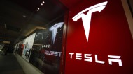 Tesla-Logo vor einem Geschäft in Denver.