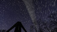 Ein am Computer erstelltes Bild, das aus vielen langzeitbelichteten Fotos zusammengestellt wurde. Zu sehen sind die Starlink-Satelliten am Himmel über Salgotarjan im Norden von Ungarn.